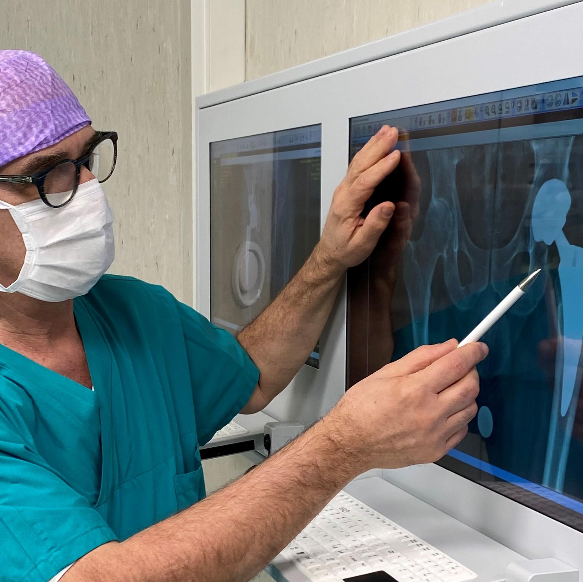 Prof. Vaienti in sala operatoria dopo intervento protesi anca