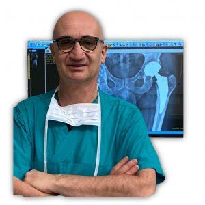 Prof Vaienti in sala operatoria su radiografia protesi anca